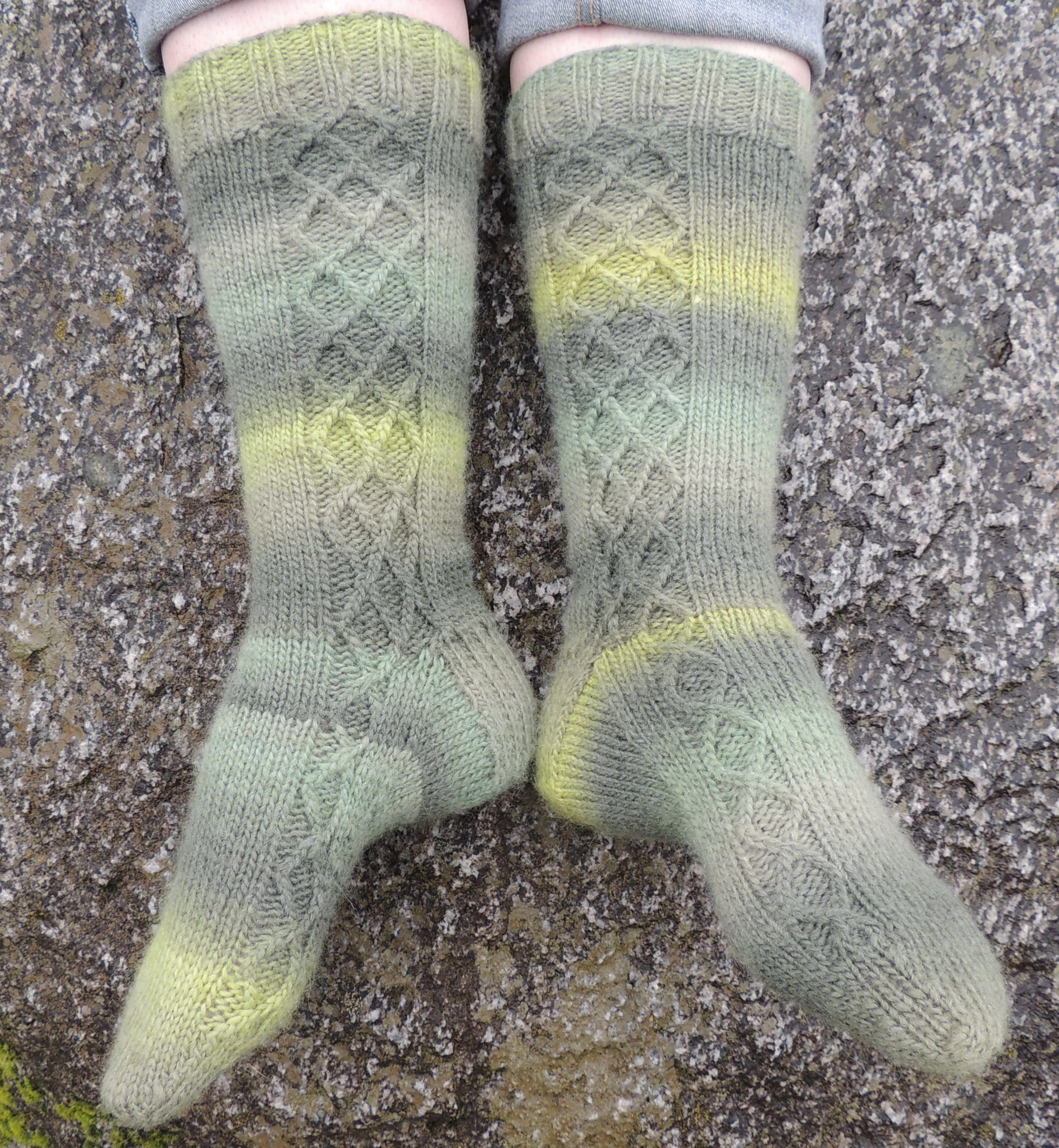 Argyle Trellis Wooly Socks Pattern - Knitting Patterns and Crochet Patterns f...