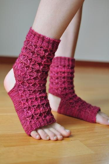 Crochet Yoga Socks : Donnas Yoga Socks - Knitting Patterns and Crochet Patterns from ...