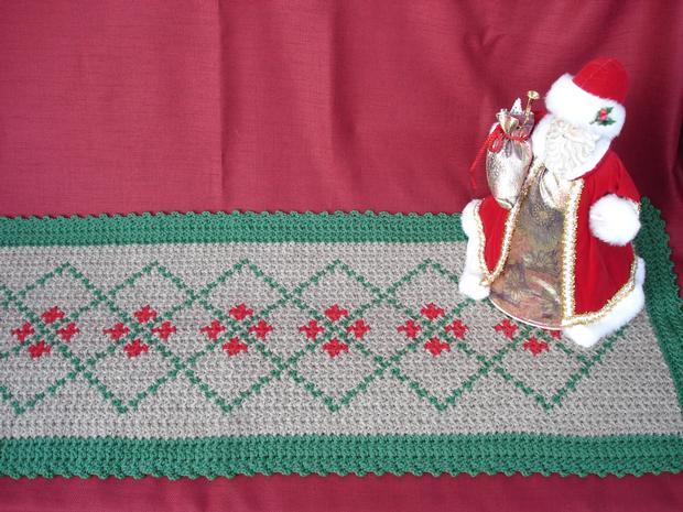 Free Crochet Patterns For Christmas Table Runners : Holiday Crochet Table Runner - Knitting Patterns and ...