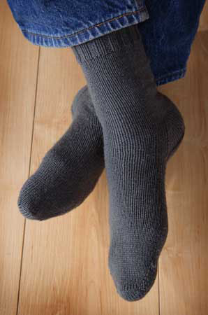 Easy Knitting Pattern For Mens Socks : Two at Once, Toe Up, Magic Loop Socks Pattern - Knitting Patterns and Crochet...