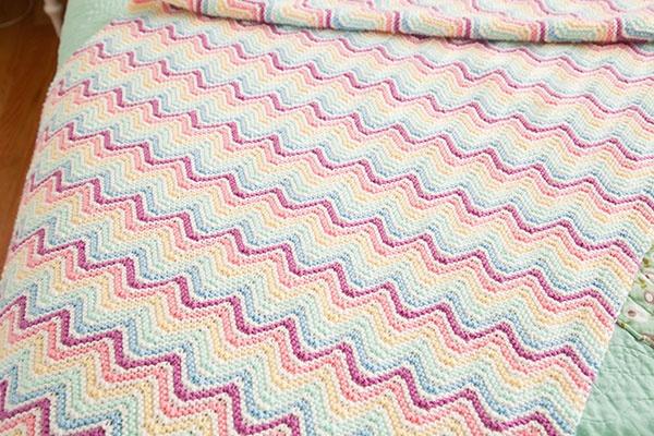 zig zag stripe knitting pattern with chevron stitch in 5 colors.